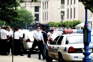 El sospechoso entró al museo y disparó con un rifle a un vigilante de seguridad.