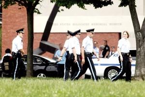 El autor del tiroteo fue identificado por la Policía como un anciano, quien se encuentra hospitalizado en condición crítica.