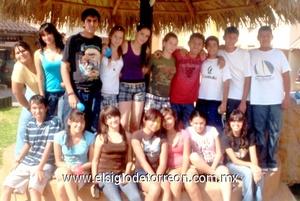 09062009 Janeth y Beatriz Arlet Hernández Ochoa, acompañadas de amigos en pasado evento social.