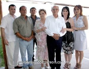 10062009 Doña Margarita y don Salvador acompañados de sus hijos Ana Oralia, Salvador, Gustavo, Magaly y José Efrén.