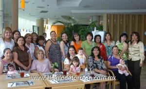 13062009 Argelia Monserrat García de Salazar rodeada de las damas asistentes a su fiesta de canastilla organizada por Antonia Martínez y Gina Salazar.