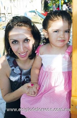 13062009 Claudia Aguilera con la linda Jimena González, en pasado evento infantil.