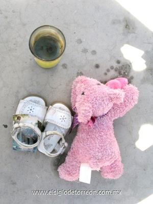 Decenas de pares de zapatos, veladoras y otros objetos encontrados en los restos del incendio.