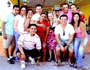 16062009 Selene Chávez de Corral con un grupo de amigos en la fiesta de cumpleaños que le organizó su esposo, Omar Corral.