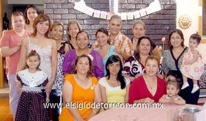 17062009 Graciela Ivette Gutiérrez Estrada junto a las asistentes a su fiesta prenupcial organizada por Patricia Estrada.