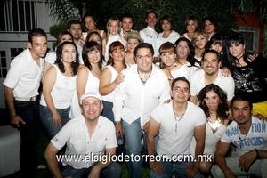 12062009 Jorge acompañado por sus amigos el día de su cumpleaños.