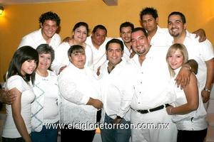 12062009 El festejado en compañía de sus hermanos y sobrinos.
