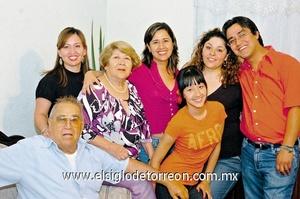 12062009 María Cristina Vidaña celebró su cumpleaños junto a su esposo Jorge Vidaña y sus hijos Kelly, Paloma y Jorge; su nuera Lily y su nieta Daniela.