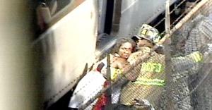 La colisión, que se registró en uno de los tramos en los que el transporte metropolitano corre sobre la superficie del suelo, ocasionó que uno de los vagones quedará semidestruido y montado sobre el otro.