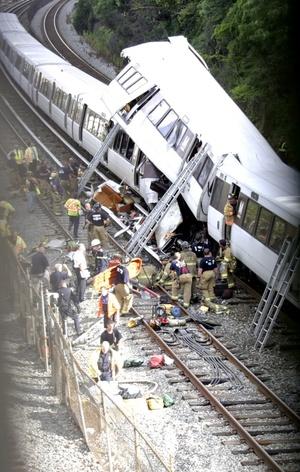 El accidente ocurrió, cuando un tren compuesto por seis vagones chocó contra otro y descarriló dejando a un número no determinado de pasajeros atrapados.
