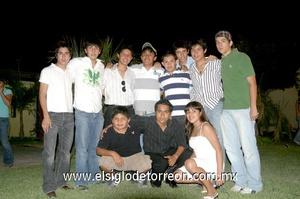 19062009 Chuy Villalobos celebrando su cumpleaños, en compañía de sus mejores amigos.