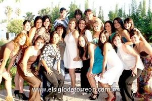 18062009 Guapa novia. Cristina en compañía de un grupo de amistades que la felicitaron por su próximo enlace nupcial.