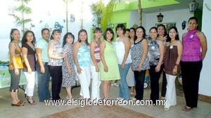 24062009 Tierno festejo. La futura mamá en compañía de las damas asistentes a la fiesta de canastilla organizada en su honor por María Ofelia Martínez.