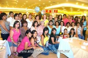 21062009 Futura mamá. La festejada junto a las damas asistentes a su fiesta de canastilla.