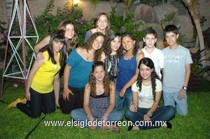 21062009 Alegre fiesta de quince años recibió Ivanna, quien luce acompañada de un grupo de amigos.