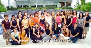 29062009 Recibe felicitaciones. Evelyn en compañía de un grupo numeroso de invitadas a su primera despedida de soltera.