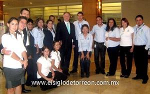 30062009 Ricardo González Sada y su equipo de trabajo en un evento social.