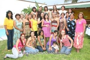 28062009 En grupo. Las mejores amigas y familiares de Olga de Cruz estuvieron presentes en su festejo, ya que pronto será mamá. Las asistentes le brindaron los mejores deseos.