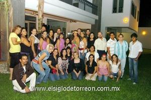 28062009 Le desean lo mejor. Mayra rodeada de un grupo de familiares y amigas que asistieron a su fiesta de despedida.