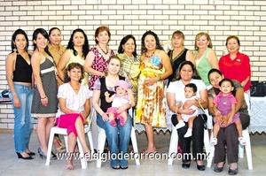 28062009 Lorena Esquivel de Barraza junto a las asistentes a su fiesta de canastilla.