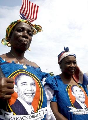 El público se agolpó en las calles y muchos saludaron el paso de la caravana de Obama cuando se dirigió a una reunión en el Castillo Osu, la residencia presidencial.