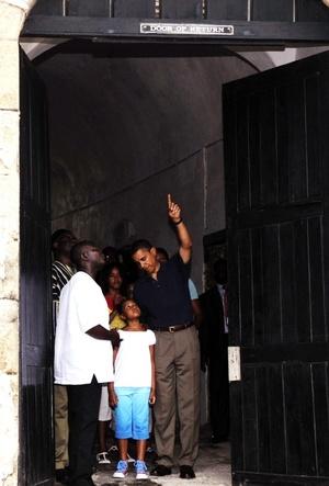 Obama, dijo haber vivido una experiencia emotiva durante su visita al fuerte de Cape Coast, una de las varias edificaciones que los colonos utilizaban para la trata de esclavos.