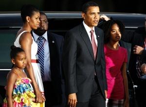 Acompañado de su esposa Michelle, sus hijas Malia y Sasha, y miembros de su comitiva, el mandatario fue recibido en el aeropuerto de Kotoka, en Accra.
