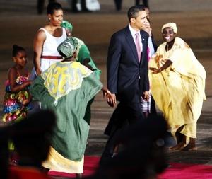 Obama llegó a Accra para una visita de menos de 24 horas, tras participar en la Cumbre del Grupo de los Ocho (G-8) en la ciudad italiana de L'Aquila.