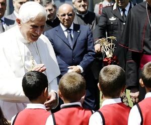 Tras mirar a su alrededor, el Pontífice, de 82 años, agregó: 'Este lugar es precioso' y, a la vez que bromeaba y sonreía, añadió: 'De otra manera no habría vuelto'.