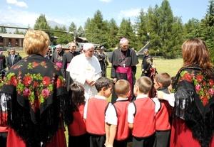 'Reposaré y trabajaré también un poco, aunque serán, sobre todo, unos días de reposo', dijo el Papa nada más llegar a las personas que le esperaban y deseaban una buena estancia.