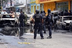 De acuerdo a fuentes policiales de Veracruz, los dos sicarios murieron al estallarles una granada en el auto en el que huían, el cual se incendió.