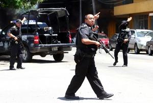 Soldados del Ejército mexicano y policías federales y municipales de Veracruz-Boca del Río cerraron el paso a automóviles y transeúntes en la zona e hicieron llamados a la ciudadanía a no acercarse al lugar del enfrentamiento.