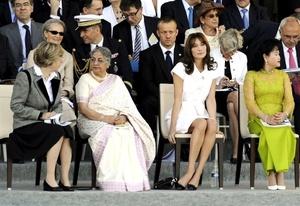 Con su estilo característico, la cantante y modelo italiana portó un vestido blanco y accesorios en contraste color negro. Bruni eligió el color más destacado del verano, para resaltar su buen gusto y dejar en claro su apego por la moda.