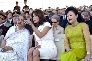 Carla Bruni acompañó a su esposo, el presidente de Francia, Nicolás Sarkozy, al desfile por el Día de la Bastilla.