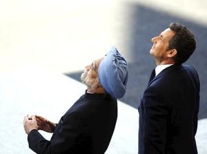 Nicolas Sarkozy y su esposa, Carla Bruni, siguieron la ceremonia en la tribuna presidencial acompañados del primer ministro indio y otras autoridades.