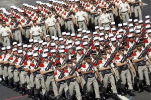 Casi tres mil 500 policías fueron desplegados a fin de garantizar la seguridad de los espectadores y del desfile que conmemora el 14 de julio de 1789, fecha de la toma de la Bastilla, prisión en el este de París.