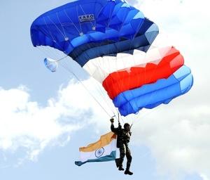 Oficiales, suboficiales y soldados del Ejército de Tierra, la Marina y el Ejército del Aire de India abrieron la ceremonia más tradicional de la fiesta nacional francesa.