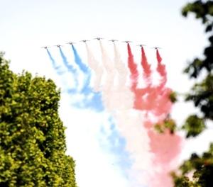 Unos 400 soldados indios encabezaron el tradicional desfile del 14 de julio que recorrió los Campos Elíseos de París ante el jefe del Estado galo, Nicolas Sarkozy, y su invitado de honor, el primer ministro indio, Manmohan Singh.