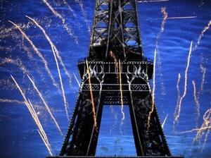 Turistas de las más diversas nacionalidades, residentes en la urbe y franceses de todas las regiones se dieron cita en los jardines que bordean a la Grande Dame para terminar con un toque especial de distinción las celebraciones del 14 de julio.
