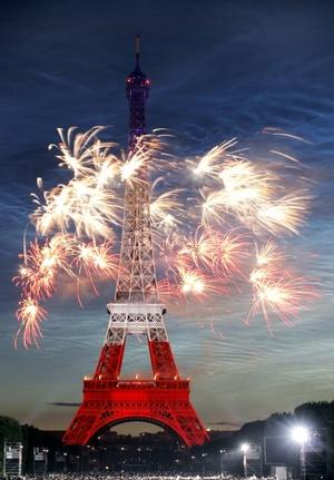 Cerca de un millón de personas colmaron los Campos de Marte para disfrutar primero de un concierto gratuito del veterano Johnny Hallyday (el Elvis Presley francés) y luego la sinfonía polícroma que añadió más luces a París.