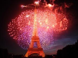 La Torre Eiffel bailó y saltó con la gracia de los efectos especiales, en medio de un extraordinario espectáculo de luces y pirotecnia para festejar sus 120 años de vida en el 220 aniversario de la Toma de la Bastilla.