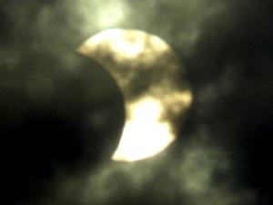 Un eclipse total de sol ocurre cuando la luna se interpone entre el sol y la tierra, con lo que impide el paso hacia el planeta de la luz solar, aunque el fenómeno sólo es totalmente visible en una fina línea terrestre, dependiendo del movimiento de rotación.