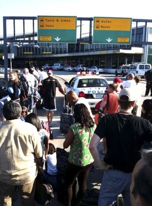 La alarma duró unas pocas horas, pero interrumpió los planes de viaje de miles de pasajeros pues sus vuelos fueron pospuestos y el tránsito de vehículos alrededor del aeropuerto fue suspendido momentáneamente.