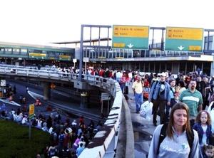 La terminal principal del aeropuerto neoyorquino de LaGuardia fue evacuada y miles de pasajeros quedaron varados durante algunas horas luego que un hombre entró al edificio con una bomba falsa en un bolso, dijo la policía.