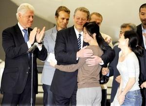Cuando cruzamos las puertas, vimos frente a nosotras al presidente Bill Clinton, declaró en Lee medio de aplausos. 'Quedamos anonadadas, pero comprendimos en ese instante que la pesadilla de nuestras vidas había terminado finalmente, y ahora estamos aquí, en casa y libres'.