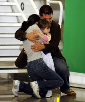 Lee fue la primera que descendió del avión y fue recibida por su esposo Michael Saldage y su hija Hanna, de 4 años. Abrazó a la niña y la levantó en brazos antes de abrazarse los tres ante las cámaras de televisión.