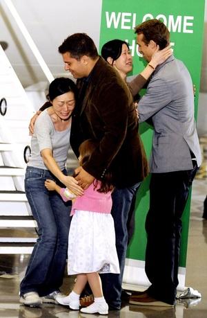El reencuentro de las periodistas con sus familiares, al pie de la escalerilla del avión, fue extremadamente emotivo, especialmente por la forma en la que la hija menor de Euna se agarró al cuello de su madre nada más verla.