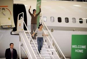 Las periodistas Laura Ling y Euna Lee, liberadas por Corea del Norte gracias a la mediación de Bill Clinton, llegaron  junto con el ex presidente estadounidense al aeropuerto Bobo Hope, en Burbank (California, EU).