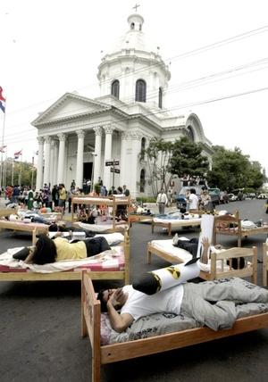 La manifestación, denominada Dormimos con bombas, fue realizada en la calle Palma, en su intersección con la de Chile, en la esquina del Panteón de los Héroes, por el Movimiento Humanista Paraguayo, que hace parte de la organización internacional Un mundo sin guerra y sin violencia.