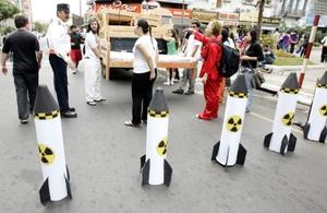 Decenas de activistas bloquearon con camas y representaciones alegóricas de bombas nucleares una céntrica calle de Asunción, en conmemoración del 64 aniversario del bombardeo atómico sobre la ciudad japonesa de Hiroshima.